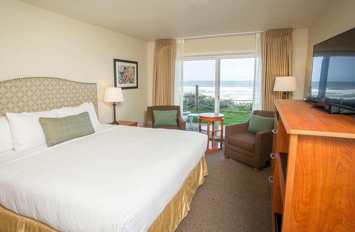 Pelican-Shores-Inn-king-deluxe-2021-04.jpg