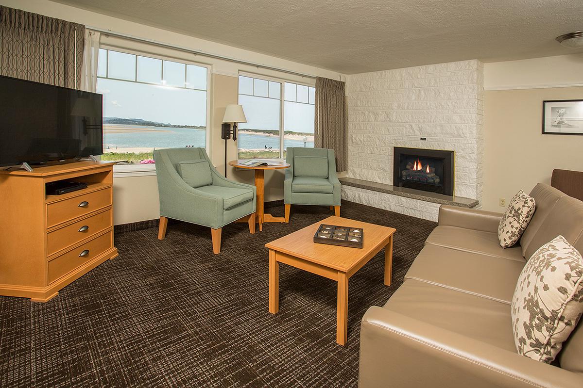 Looking-Glass-Inn-1bd-living-area-fire-lg.jpg