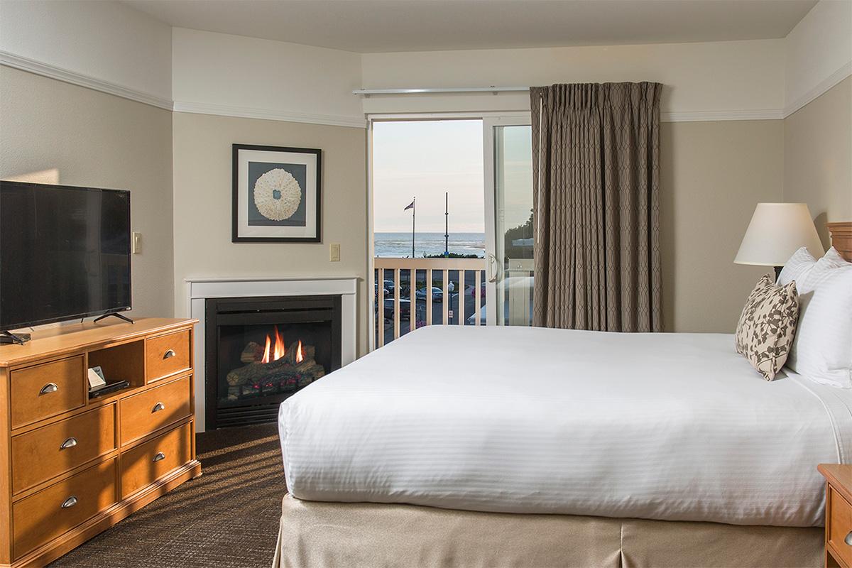 Looking-Glass-Inn-whirlpool-bed-fireplace.jpg